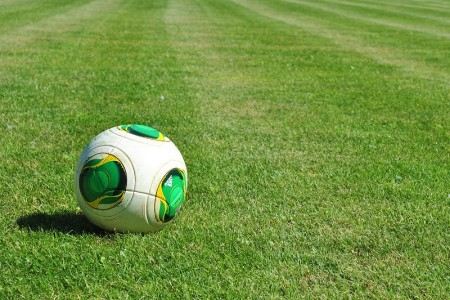 lopta-futbal-trávnik